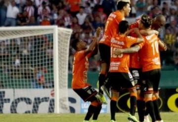 Jaguares remonta a Chivas; ganan 4-3