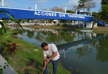 "Edil de Nacajuca embellece ""Malecón en Acción"" con siembra de plantas"