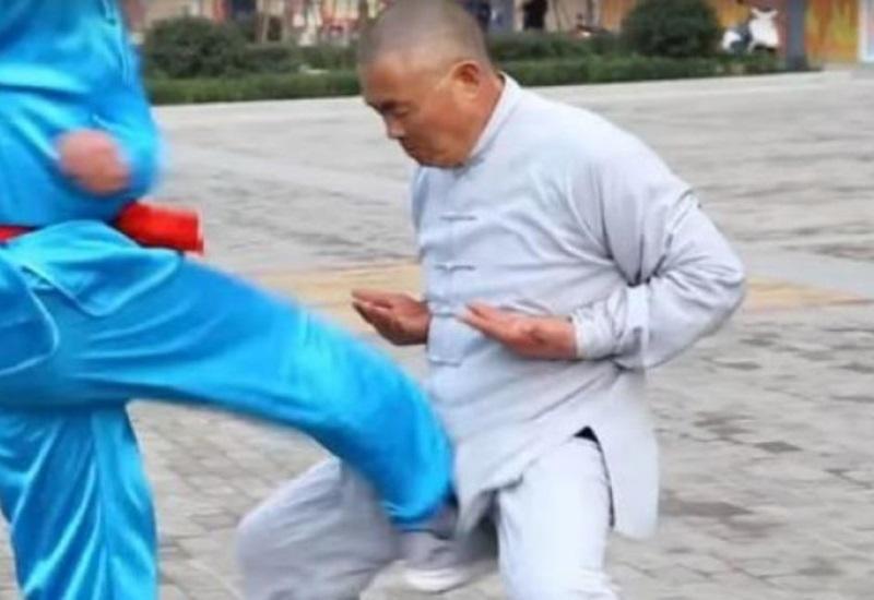 Chino no muestra dolor tras ser pateado en los testículos