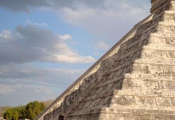 El día de equinoccio y el descenso de la serpiente emplumada en Chichén Itzá