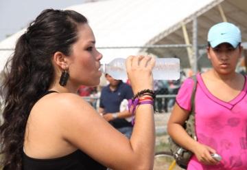 Familias consumen 30% más de agua por calor