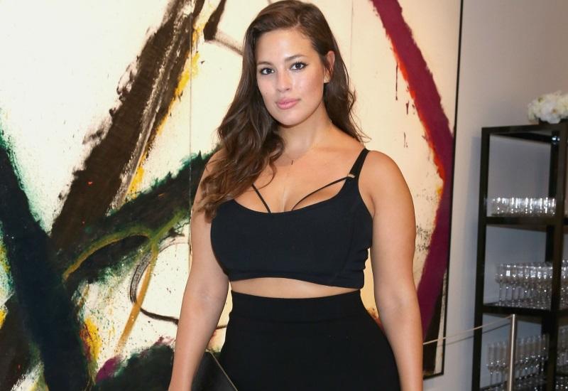 Modelo curvy protagoniza candente video con par de donas