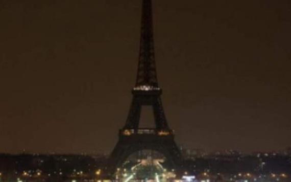Torre Eiffel se viste de luto por atentado en Londres