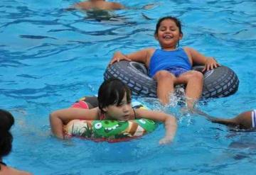 A falta de playa, familias se divierten en alberca olímpica