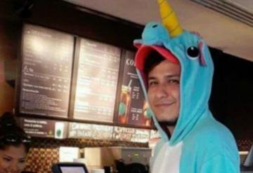 Joven acude a Starbucks por su Unicorn Frapuccino disfrazado de unicornio