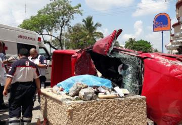 Hombre muere al volcar su camioneta sobre Ruiz Cortines