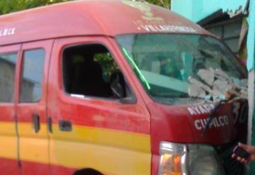 Combi se estrella contra una casa en Nacajuca