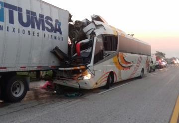 Chofer de camión se duerme y provoca aparatoso accidente