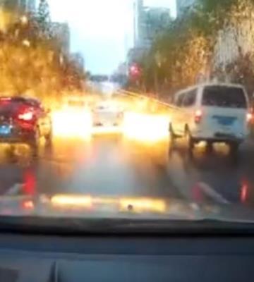 Rayo cae sobre una avenida en China y provoca una espectacular lluvia de chispas