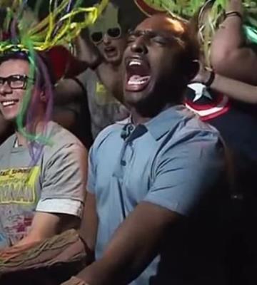 Reportero prueba por primera vez un juego de Disneyland y su reacción es épica