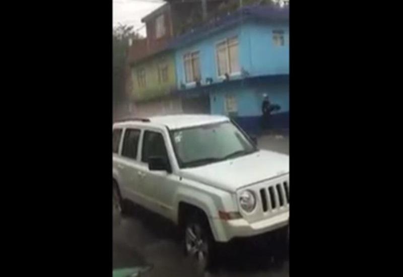 Repartidor de pizza enfrenta a la lluvia y logra entregar pedido
