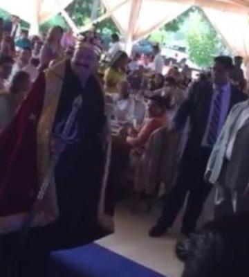 Empresario y simpatizante de Morena celebra cumpleaños vestido de rey