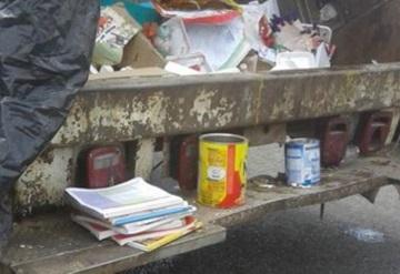 Usuarios denuncian a docentes por tirar libros a la basura