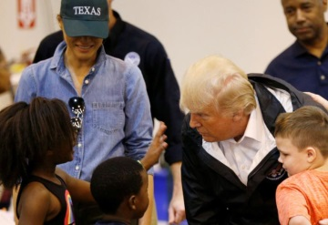 Donald Trump visita a víctimas de Harvey en Texas