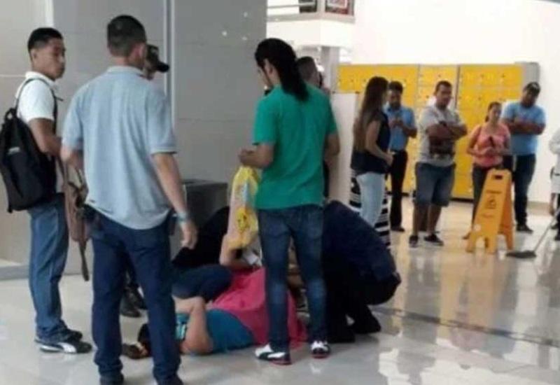 Otorrinolaringólogo atiende parto en centro comercial