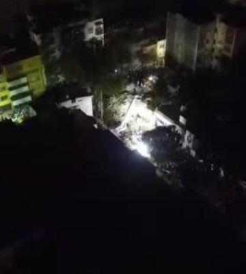 Rescatistas  cantan Cielito Lindo espontáneamente mientras buscan supervivientes