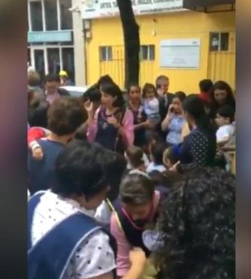Maestras de kínder le cantan a sus niños durante sismo en Puebla