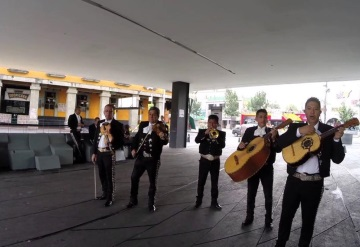 Mariachis de Garibaldi intercambian canciones por ayuda