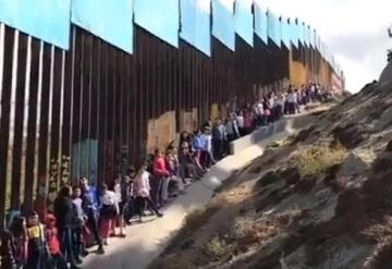 Niños cantan México lindo y Querido desde la frontera con Estados Unidos