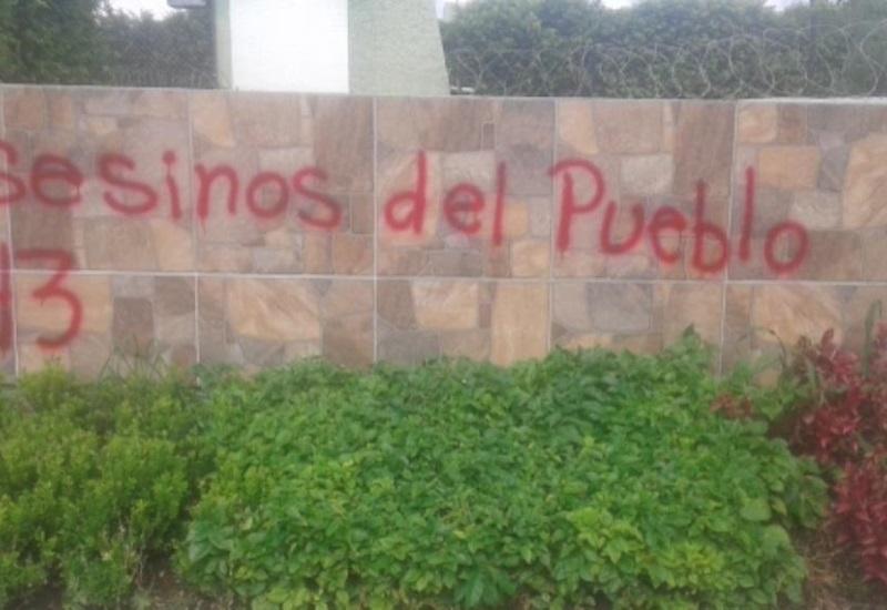 Presuntos estudiantes de Ayotzinapa vandalizan cuartel de Iguala, Guerrero