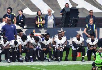 Los jugadores de la NFL elevan las protestas contra Trump por el racismo
