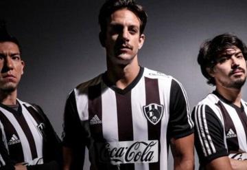 Club de Cuervos revela nuevos uniformes para tercera temporada