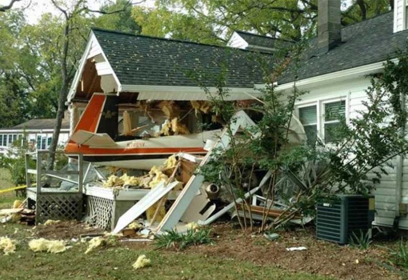 Piloto pierde el control de avioneta y choca contra una casa