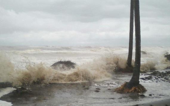 Oleaje del mar deja incomunicados a los habitantes de la ranchería Barra de Tupilco