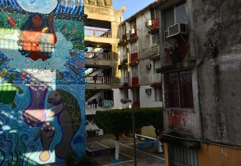 Murales urbanos visten la capital