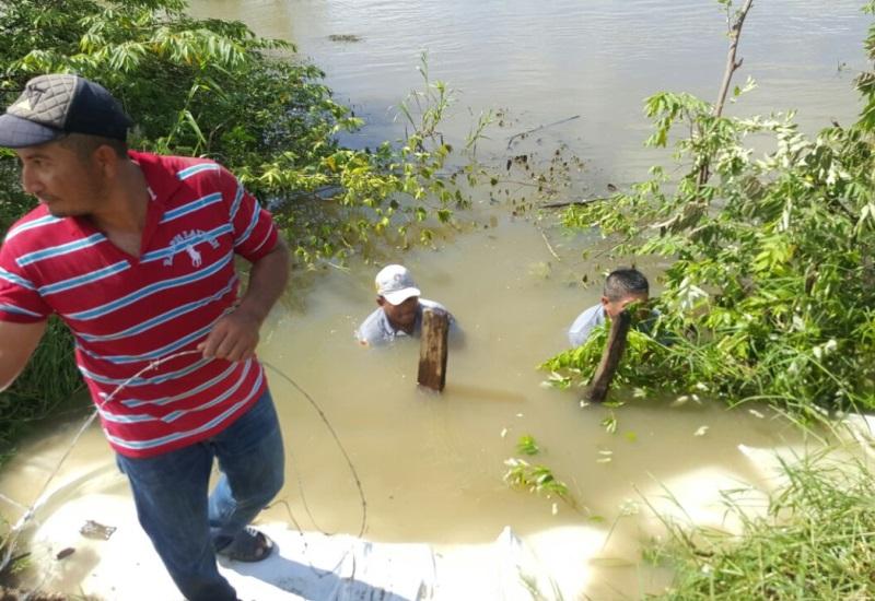 Contienen el agua del Usumacinta con costales de arena
