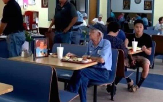 Adulto mayor hace llorar a la web al comer acompañado de la foto de su esposa