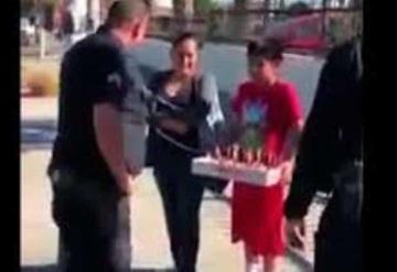 Policías de Los Ángeles regalan pavo a familia latina
