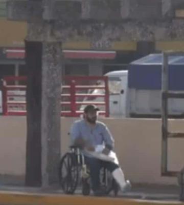 Esto es lo que sucede cuando una persona en silla de ruedas intenta agarrar un taxi en Villahermosa