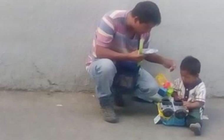 Soldado Regala Carrito De Juguete A Nino Vendedor De Chicles En