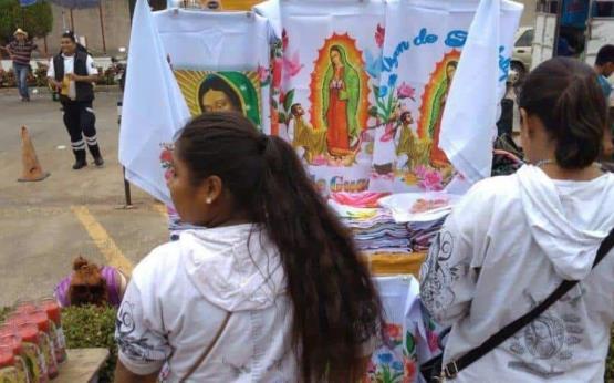 En la víspera, peregrinos están preparados para festejar a la Virgen de Guadalupe