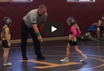 Bebé corre a defender a su hermana a quien cree en peligro