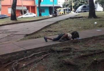 Indigna a usuarios de redes sociales fotografía de niño que bebe agua del suelo
