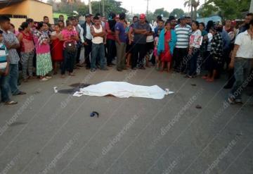 Mujer defiende a su hijo de un asalto y la matan