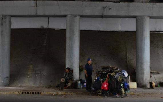 Indigentes viven en la miseria su casa es la calle y su cama la banqueta