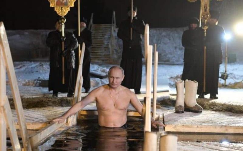 Vladímir Putin se baña en aguas heladas para celebrar Epifanía ortodoxa