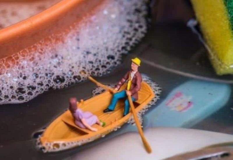 Fotógrafo usa objetos cotidianos para crear mundos en miniatura