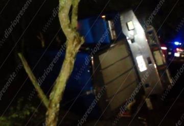 Rapiñan camión lleno de alimento para peces