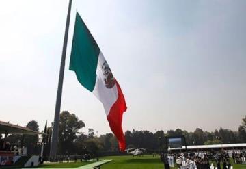 Conmemoran Día de la Bandera, pero... la izan al revés