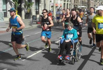 Mujer con esclerosis múltiple corre maratón gracias a su hijo