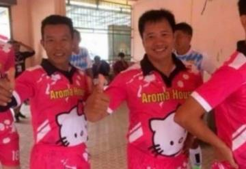 Equipo de futbol presume lindo uniforme de Hello Kitty