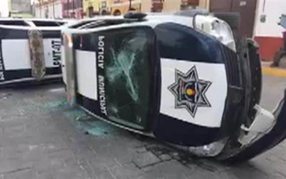Destruyen patrullas e incendian alcaldía en San Juan Ixtenco