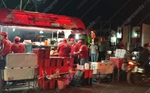 Sujetos armados asaltan puesto de hot dogs y a un cliente