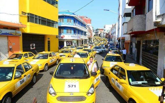 """Marchan taxistas contra el """"Uber"""" y pirataje en Tabasco"""