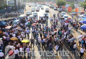 Exigen maestros de Tabasco pagos atrasados y bloquean Av. Méndez