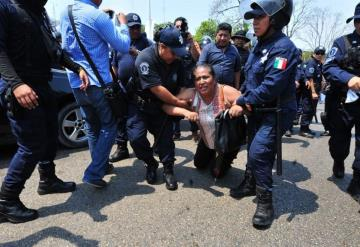 Antimotines se enfrentan a maestros de telesecundaria en Tabasco (Videos y fotos)